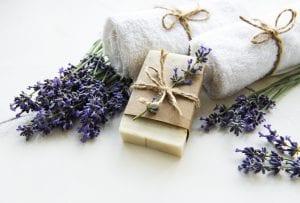 virágzó levendulaszárak egy kézműves szappannal és két kéztörlővel
